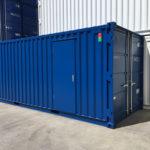 Container de stockage aménagé avec une porte
