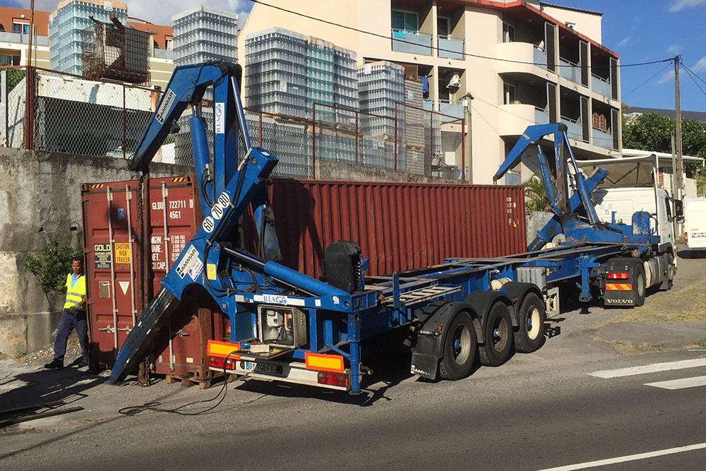 Déchargement du container latéralement au camion