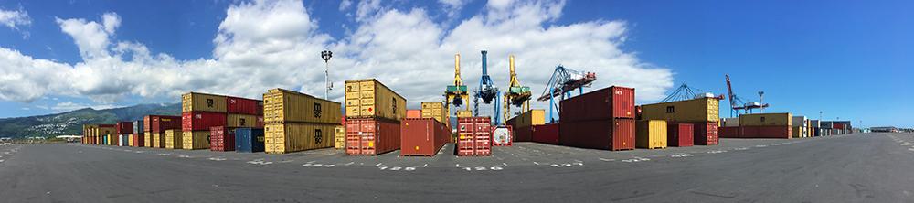 Dépôt de containers maritimes